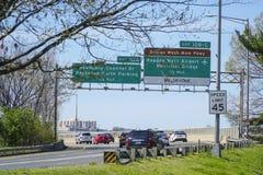 Знаки улицы к авиапорту Рейгана национальному в Вашингтоне - DC ВАШИНГТОНА - КОЛУМБИЯ - 7-ое апреля 2017 стоковые фотографии rf