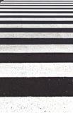 Знаки для пешеходного перехода покрашенного на улице Стоковое фото RF