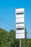 Знак автобусной остановки и вагонетка к линии предпосылке вагонетки электрической вертикально Стоковое Изображение