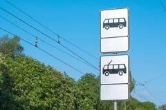 Знак автобусной остановки и вагонетка к линии предпосылке вагонетки электрической Стоковое Фото