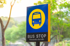 Знак автобусной остановки на поляке столба рядом с дорогой Дорожный знак движения Стоковые Изображения
