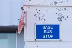 Знак автобусной остановки на стене Стоковое Изображение RF