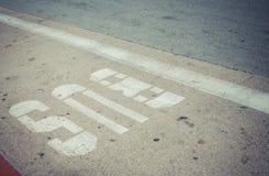 Знак автобусной остановки на улице Стоковое Изображение