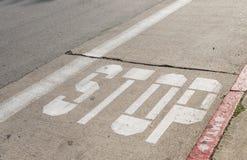 Знак автобусной остановки на улице Стоковое фото RF