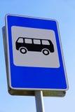 Знак автобусной остановки против голубого неба Стоковое фото RF