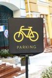 Знак автостоянки велосипеда на улице Стоковое Изображение RF