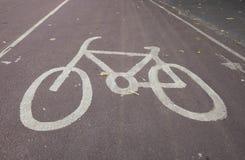 Знак автостоянки велосипеда на улице Стоковое Фото