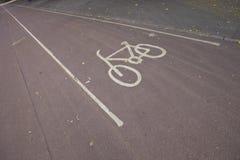 Знак автостоянки велосипеда на улице Стоковые Фотографии RF