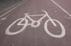 Знак автостоянки велосипеда на улице Стоковое фото RF