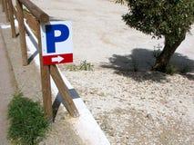 Знак автостоянки и указатель направления, сельская местность Стоковые Изображения RF