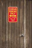 Знак автостоянки не паркует Феррари только Стоковые Изображения RF