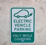 Знак автостоянки электрического автомобиля Стоковые Изображения RF