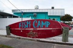 Знак лагеря рыб на красной шлюпке Стоковая Фотография