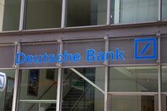 Знак банка Deutsche Bank AG на стене Стоковая Фотография RF