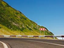 Знак безопасности на дороге горы Стоковое Изображение RF