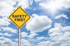Знак безопасность прежде всего на голубом небе Стоковая Фотография