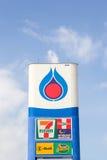 Знак бензозаправочной колонки PTT Стоковая Фотография RF