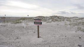 Знак близкой зоны в пляже Pensacola, Seashore соотечественника острова залива введите не сток-видео