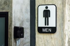 Знак ванной комнаты людей на бетонных стенах Стоковое фото RF