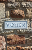 Знак ванной комнаты туалета женщин на кирпичной стене Стоковая Фотография RF