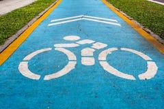 Знак велосипеда на голубой земле стоковая фотография rf