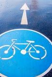 Знак велосипеда на дороге мостоваой Стоковые Изображения RF