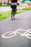 Знак велосипеда города на дороге красочной Стоковые Изображения RF