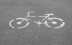 Знак велосипеда на конкретной улице тропы Стоковая Фотография