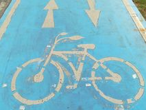 Знак велосипеда на конкретном поле Стоковые Фотографии RF