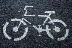 Знак велосипеда на дороге стоковое изображение rf