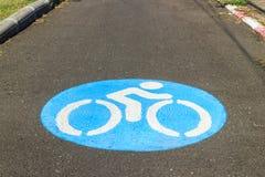 Знак велосипеда на дороге Стоковые Изображения RF