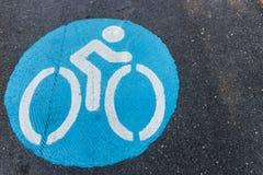 Знак велосипеда на дороге Стоковая Фотография
