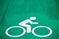 знак велосипеда покрашенный на конкретной майне Стоковое Фото