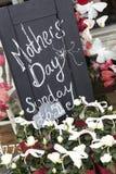 Знак вне Florists рекламируя День матери Стоковые Фото