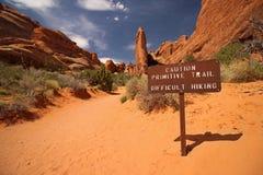 Знак внутри пустыня предупреждает hikers трудных условий следа вперед Стоковое Изображение
