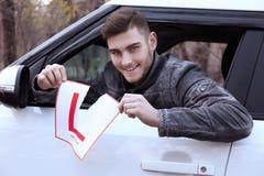 Знак водителя учащийся молодого человека срывая стоковые фото