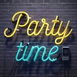 Знак времени партии на черной предпосылке кирпичной стены Стоковое Фото