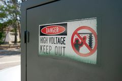 Знак высокого напряжения опасности Стоковое фото RF