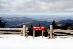 знак высоты на стороне горы Стоковые Изображения RF