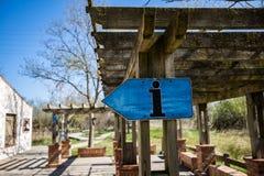Знак голубой информации деревянный на деревянной тени солнца стоковое изображение rf