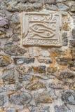 Знак города Budva на предпосылке каменной стены. Черногория Стоковые Изображения RF