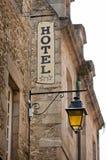 Знак гостиницы на старом каменном здании Стоковые Изображения RF