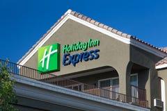 Знак гостиницы Холидей срочный на ноче Стоковое Изображение RF
