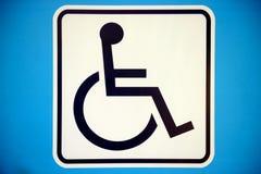 Знак голубого прямоугольника с ограниченными возможностями при кресло-коляска, изолированная на whi Стоковые Фото