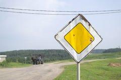 Знак главной дороги ржавый Стоковые Изображения