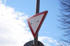 Знак дает путь против голубого неба стоковое фото rf