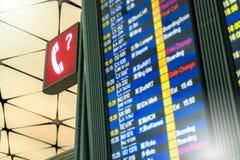 Знак данным по справочного бюро или сервисный центр вопроса и проверяют внутри отклонение авиапорта и доску знака данным по прибы Стоковые Фотографии RF
