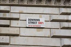 Знак Даунинг-стрит прикрепленный к стене стробами в Даунинг-стрит в Вестминстере, Лондоне Стоковое Фото