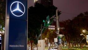 Знак дилерских полномочий автомобиля Benz Мерседес на сцене ночи