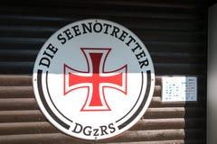 Знак для немецкой ассоциации спасения как увидено на портовом районе в этом туристском городке на этой дате стоковые изображения